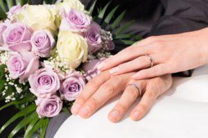 Bei der Hochzeit stehen die Ringe und Hände im Blickpunkt