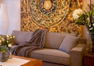 Der Wartebereich mit dem großen Mandala lässt Sie schon hier entspannen